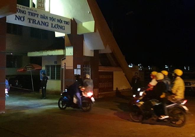 Người dân từ Đồng Nai về đến địa điểm tập trung để khai báo y tế, lấy mẫu test nhanh kháng nguyên