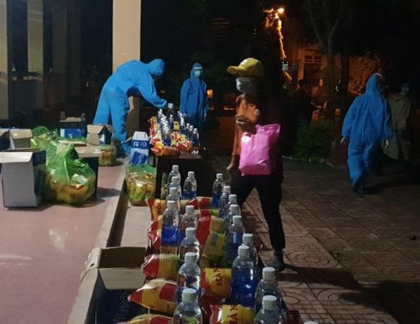 Lực lượng chức năng tỉnh Đắk Lắk hỗ trợ thức ăn nhanh và nước uống cho người dân
