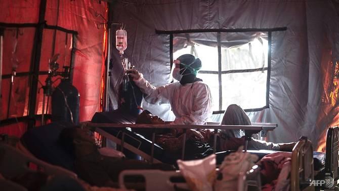 Hệ thống y tế Indonesia vật lộn vì số lượng bệnh nhân quá tải và thiếu trang thiết bị.