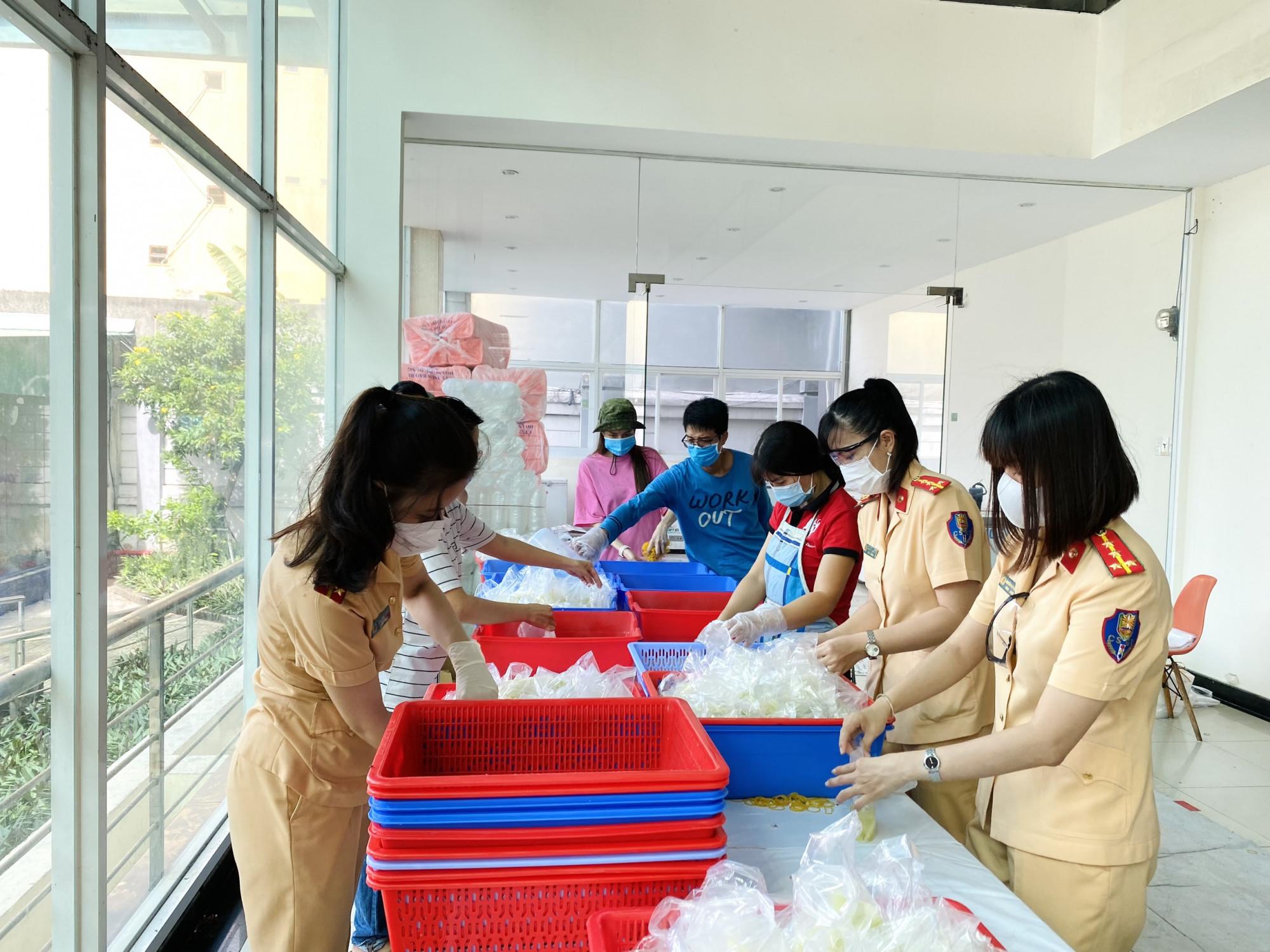 Các nữ CSGT vào bếp chuẩn bị bữa cơm cho tuyến đầu chống dịch.