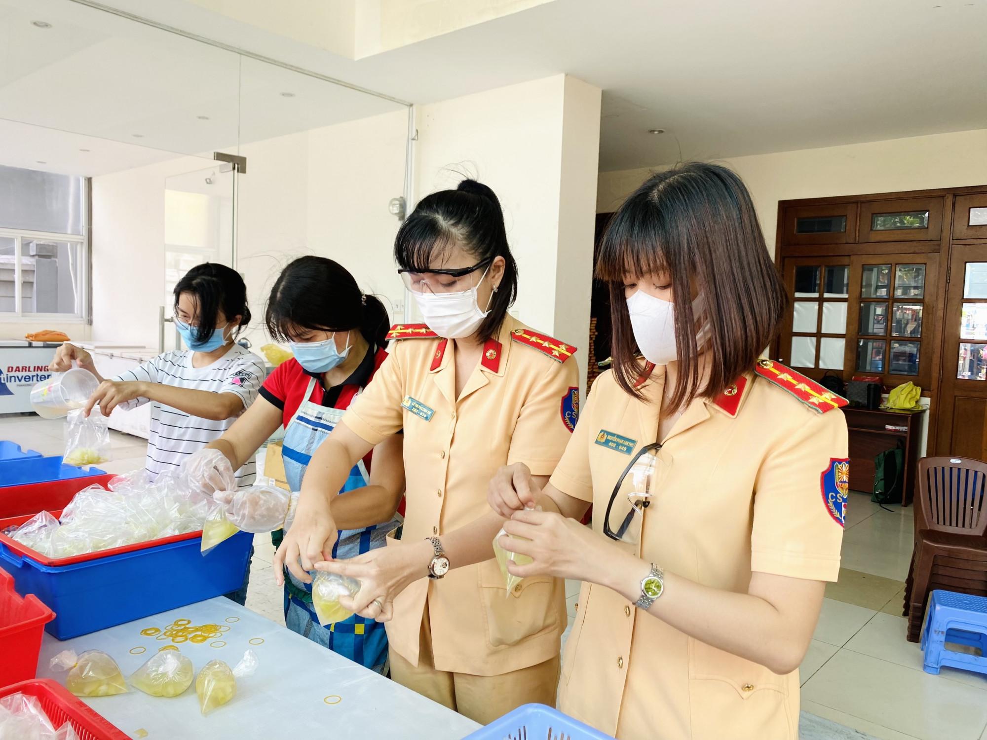 Từ sáng sớm, các nữ CSGT có mặt tại Trung tâm dịch vụ việc làm, Thành đoàn TPHCM (số 1A Nguyễn Văn Lượng, phường 6, quận Gò Vấp) để chuẩn bị thực hiện bữa cơm nhân ái.