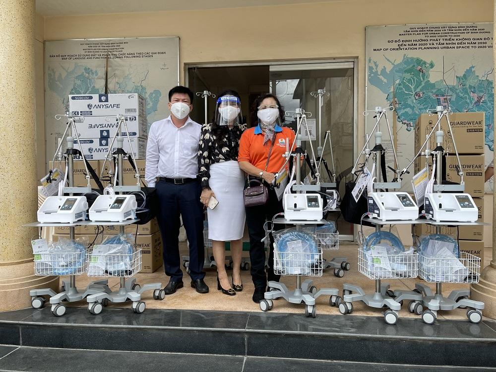 Ông Nguyễn Thanh Tâm, Chủ tịch UBND TP Thuận An tiếp nhận 5 máy trợ thở do bà Đặng Thị Kim Oanh trao tặng - Ảnh: Quỹ từ thiện Kim Oanh