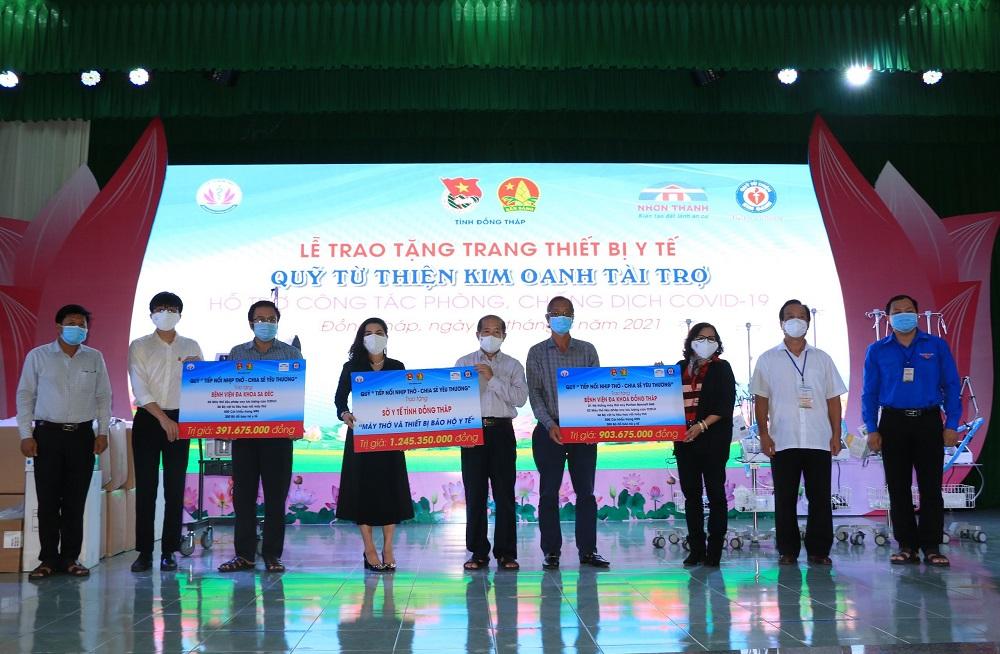 Bà Đặng Thị Kim Oanh, Chủ tịch Quỹ từ thiện Kim Oanh trao biểu trưng thiết bị y tế ủng hộ ngành y tế tỉnh Đồng Tháp trị giá hơn 1,2 tỷ đồng - Ảnh: Quỹ từ thiện Kim Oanh