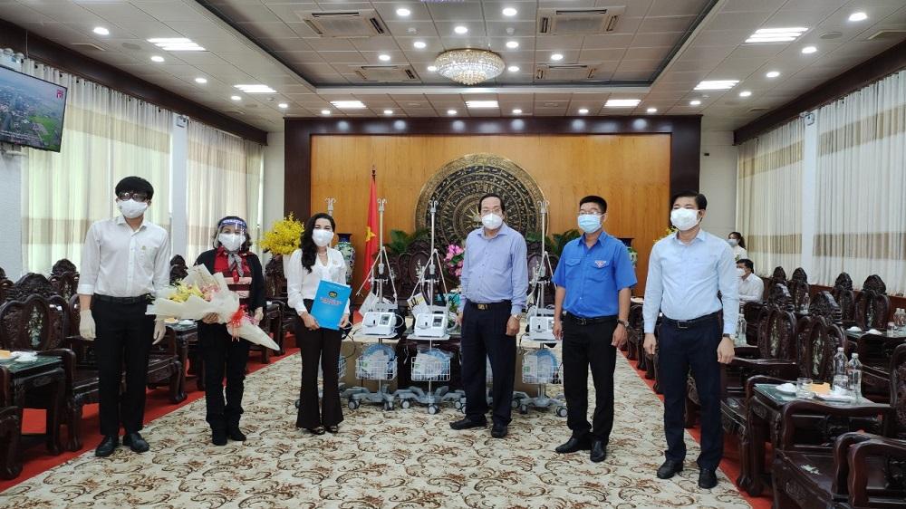 Lãnh đạo UBND tỉnh Long An tiếp nhận thiết bị y tế do Quỹ từ thiện Kim Oanh trao tặng tại trụ sở UBND tỉnh - Ảnh: Quỹ từ thiện Kim Oanh