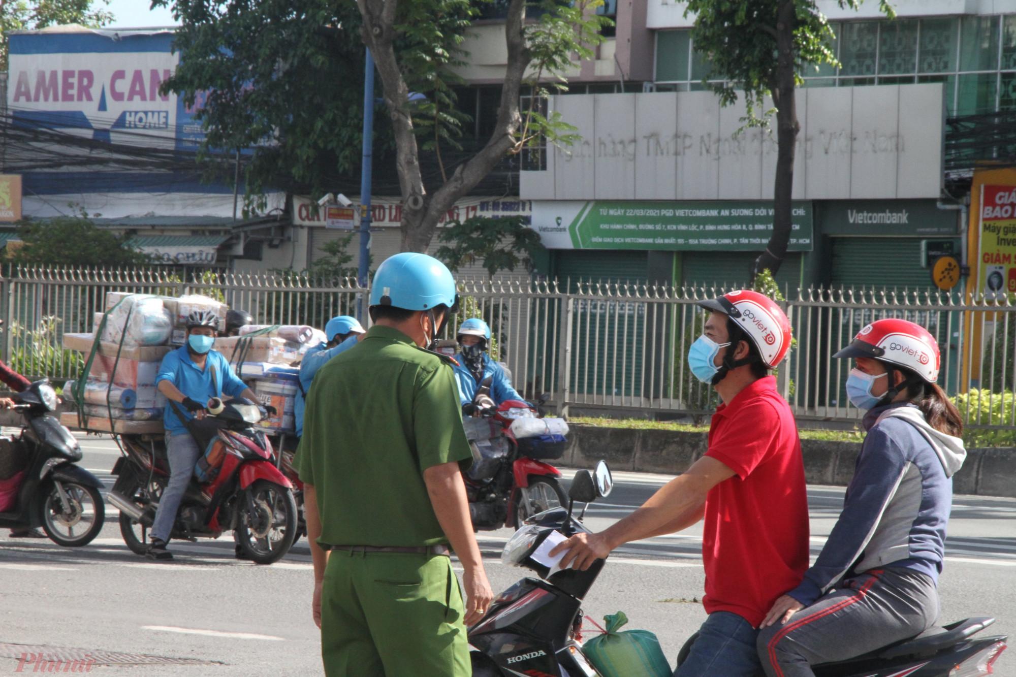 Lực lượng kiểm soát người và phương tiện theo chỉ thị 16 tại chốt Trường Chinh - Phan Văn Hớn (quận 12)