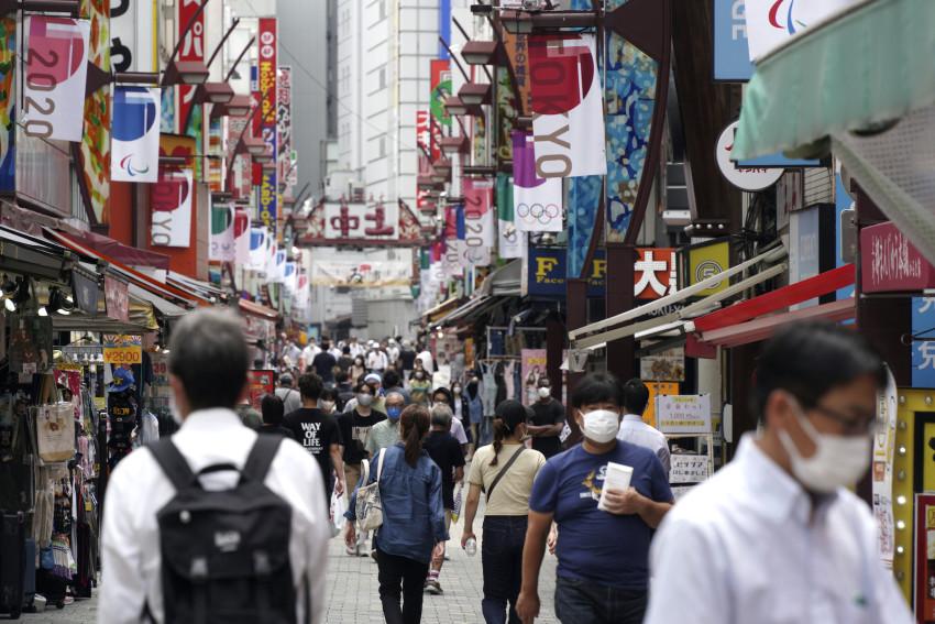 Người d6n đi bộ dọc theo một con hẻm mua sắm gần ga Ueno ở Tokyo hôm 30/7