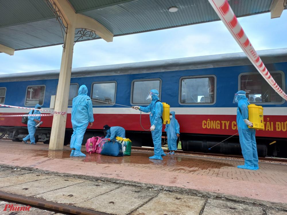 Đến ga Huế, hành khách được lực lượng chức năng hướng dẫn đến khu vực y tế để sát khuẩn, khai báo thông tin