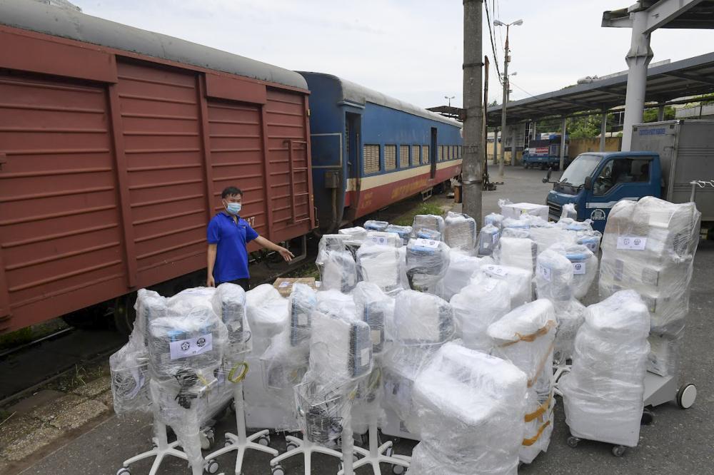 hàng trăm thiết bị y tế được Bệnh viện Bạch Mai vận chuyển đến Ga Hà Nội để bốc xếp lên toa tàu vận chuyển vào TPHCM để lắp đặt cho bệnh viện dã chiến số 16 đang được khẩn trương xây dựng.