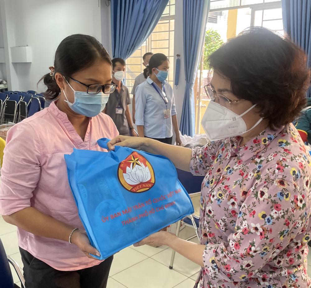 Cũng trong dịp này, Chủ tịch Ủy ban MTTQ Việt Nam Thành phố Tô Thị Bích Châu cũng đã động viên và trao tặng 40 phần quà là nhu yếu phẩm đến các hộ dân có hoàn cảnh khó khăn trên địa bàn phường.