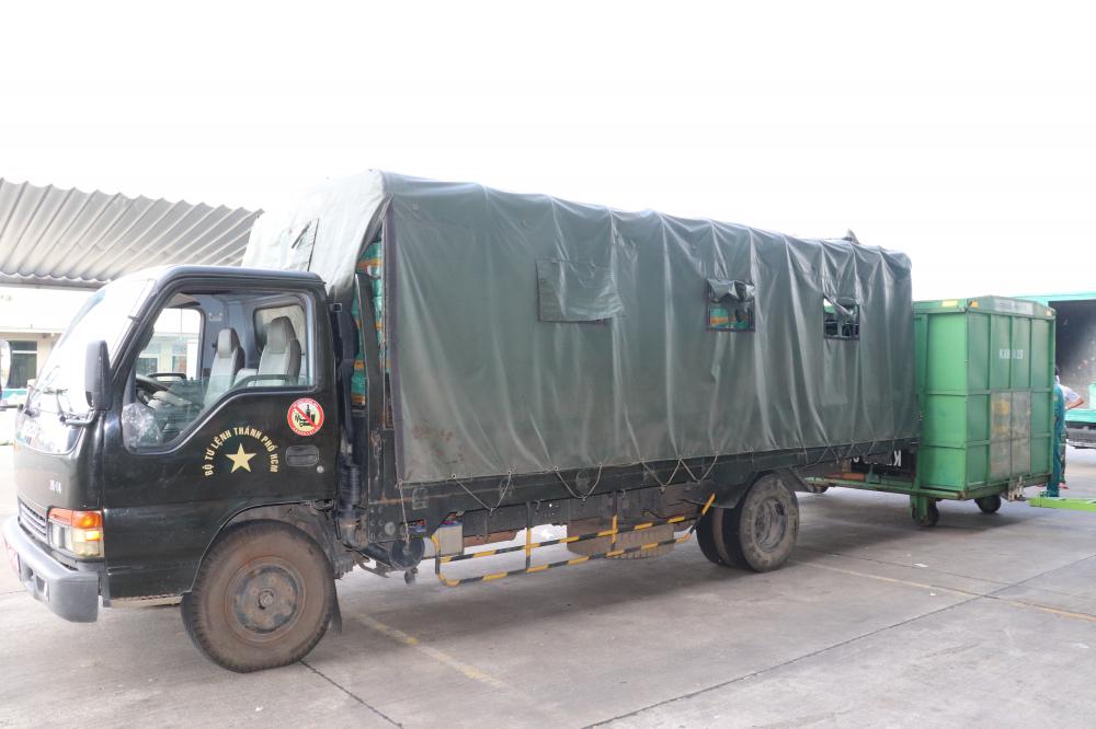 Bộ Tư lệnh TPHCM vận chuyển bánh chưng và giò chả của đồng bào Hà Giang phân phối đến người dân TPHCM.