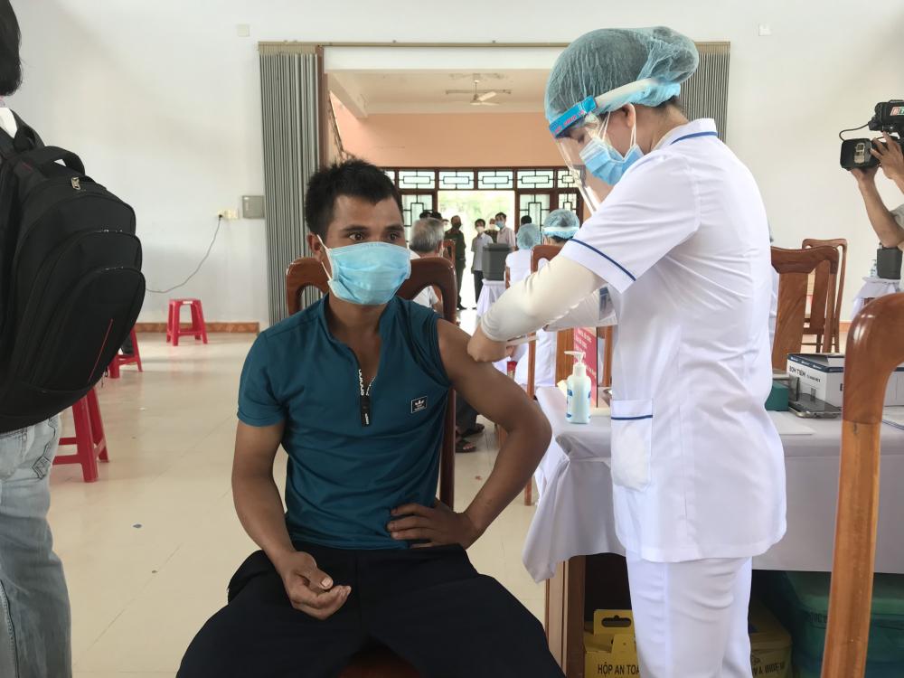 Cùng với việc triển khai biện pháp phòng chống dịch COVID-19, tỉnh Bình Định thực hiện tiêm vắc xin COVID-19 đợt 3. Trong ảnh: Người dân ở huyện Vĩnh Thạnh tiêm vắc xin.