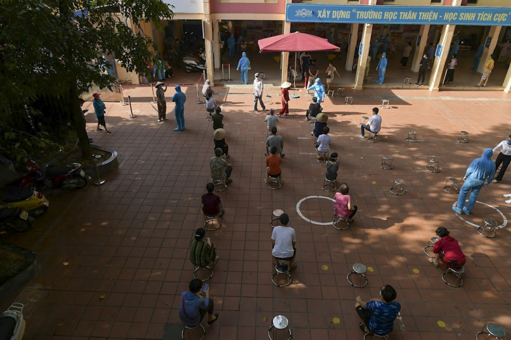 Để đảm bảo khoảng cách tiếp xúc tối thiểu 2m, phường Quỳnh Mai đã chia 2.000 dân thành nhiều tổ, nhiều ca và xét nghiệm trong cả ngày 31/7. Việc thực hiện lấy mẫu xét nghiệm tuân thủ nghiêm quy định 5K của Bộ Y Tế.