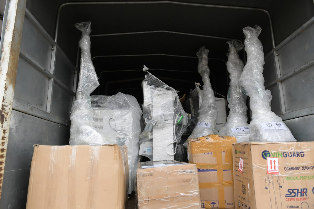 Để phục vụ cho việc thiết lập trung tâm hồi sức tích cực này, chiều hôm nay, công tác vận chuyển, xếp dỡ các trang thiết bị, vật tư y tế này đã diễn ra khẩn trương tại Ga Hà Nội.