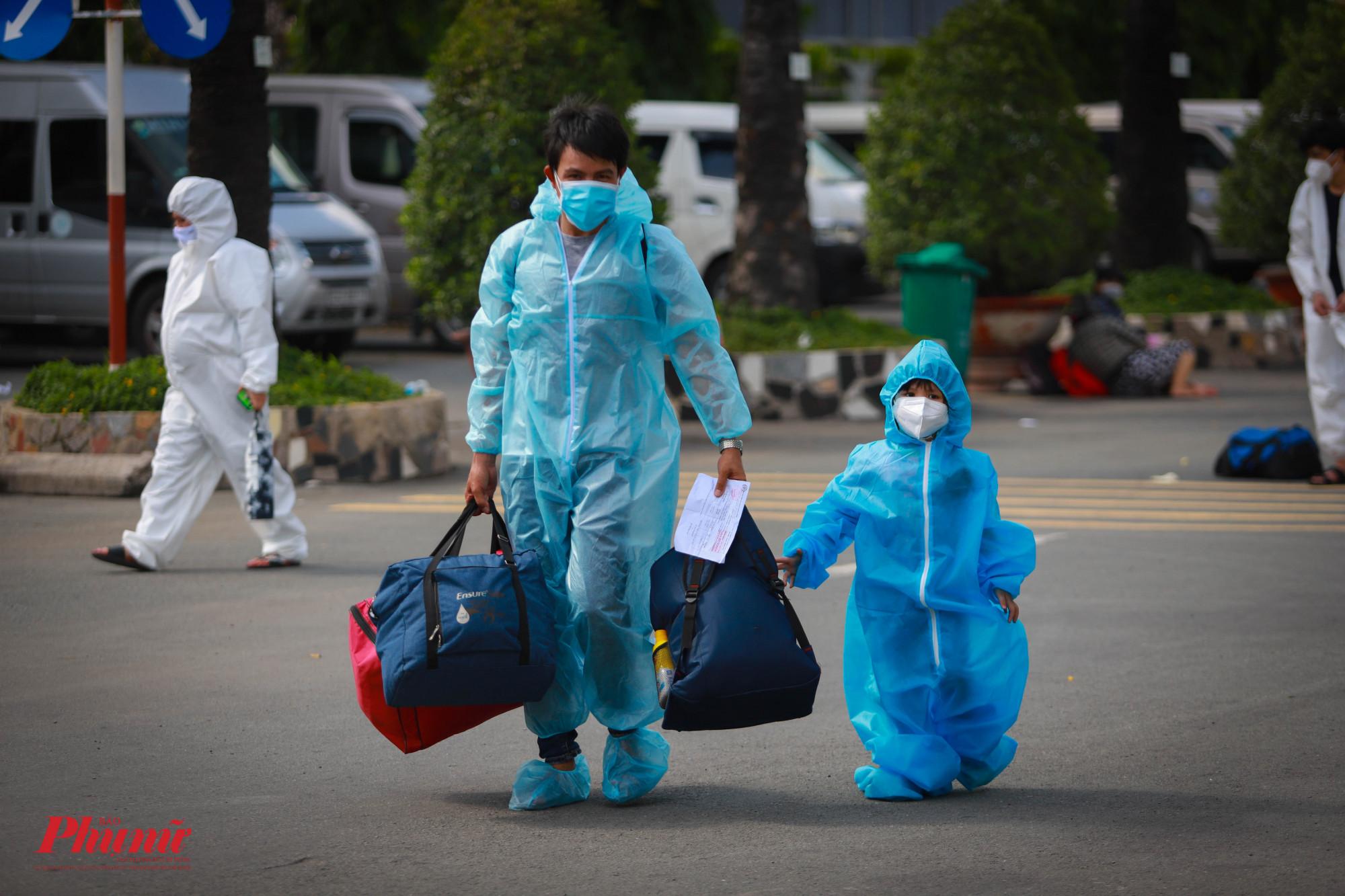 Người dân Phú Yên tiếp tục được hộ tống về quê đợt 3 với hơn 400 công dân về trong đợt này