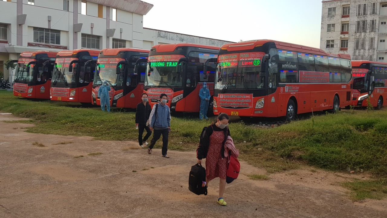 Đoàn xe chở công nhân từ TP. HCM về quê Phú Yên