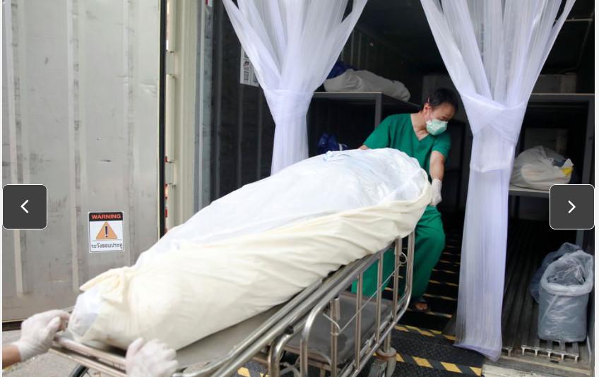 Các nhân viên y tế Thái Lan chuyển thi thể nạn nhận COVID-19 vào thùng chứa lạnh khi nhà xác kín chỗ.