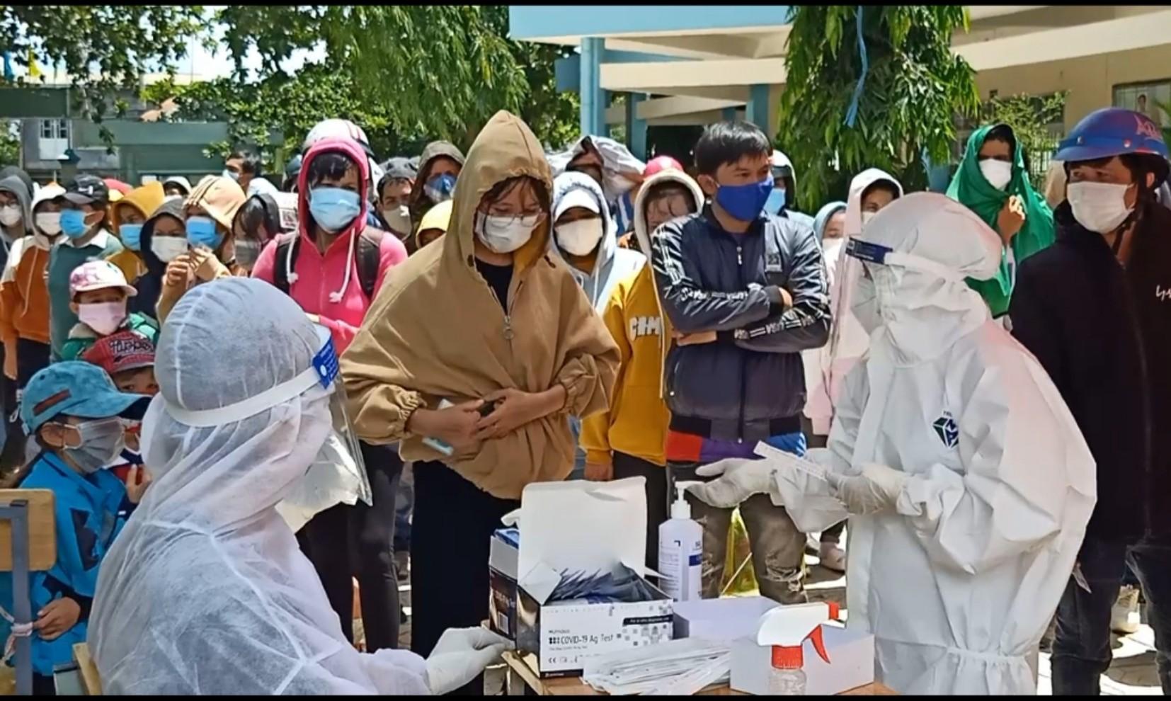 Công nhân quê Ninh Thuận làm việc tại địa bàn xã Thạnh Phú (Đồng Nai) xét nghiệm COVID-19 trước khi về quề ngày 31/7