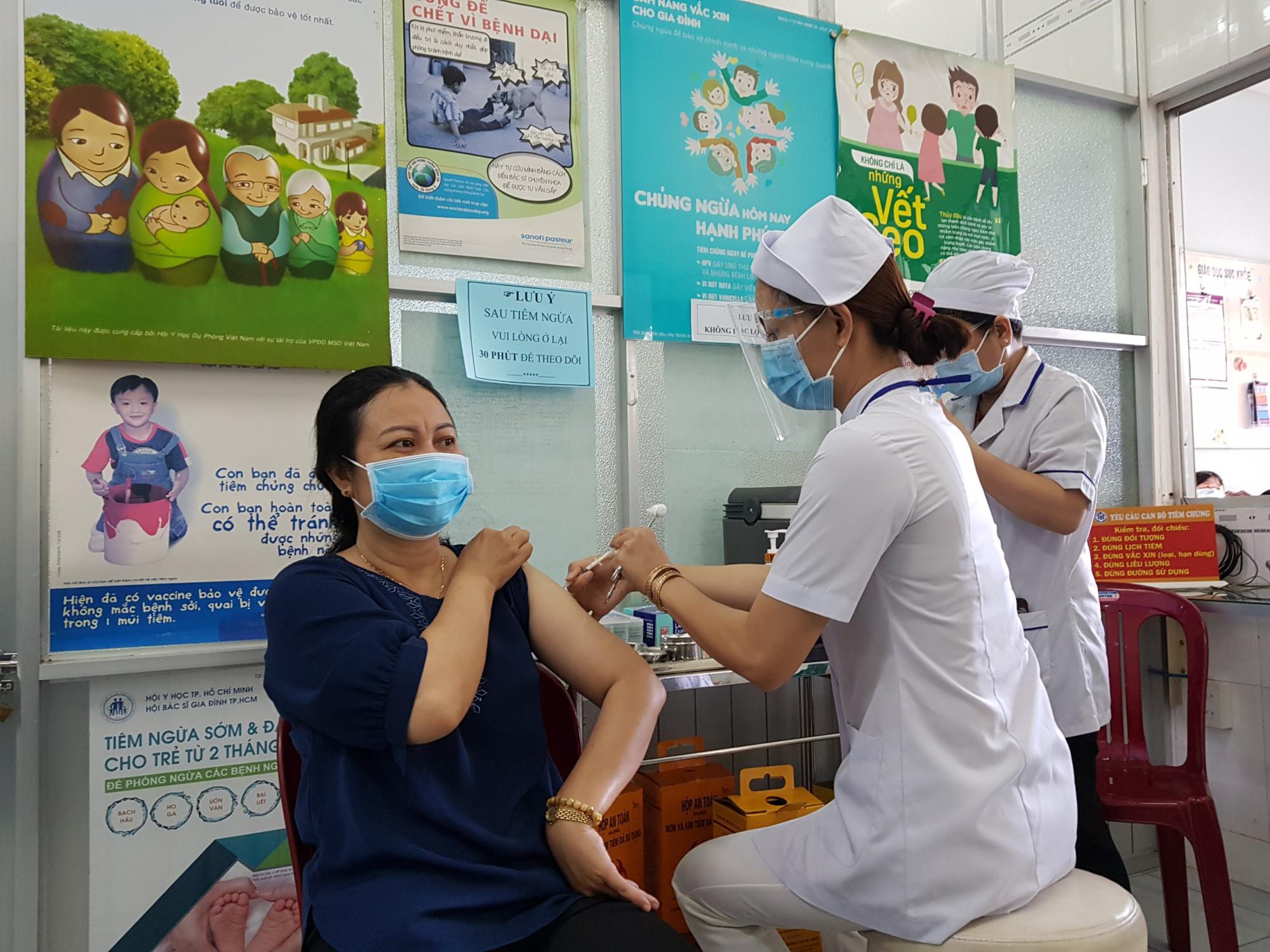 Ngành y tế TP. Cần Thơ tiêm vắc xin ngừa COVID-19 cho người dân trên địa bàn