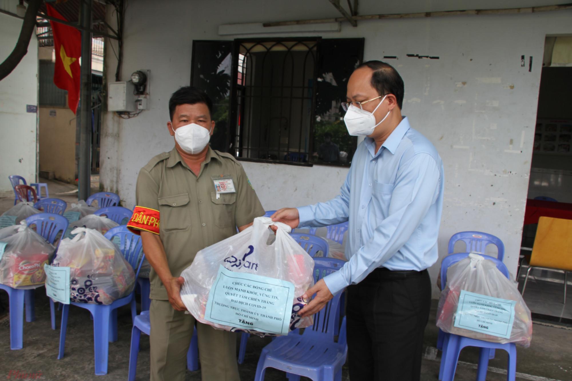Phó bí thư Thành ủy Nguyễn Hồ Hải trao quà cho lực lượng trực chốt bảo vệ vùng xanh KP,1, phường 15, quận Tân Bình, TPHCM