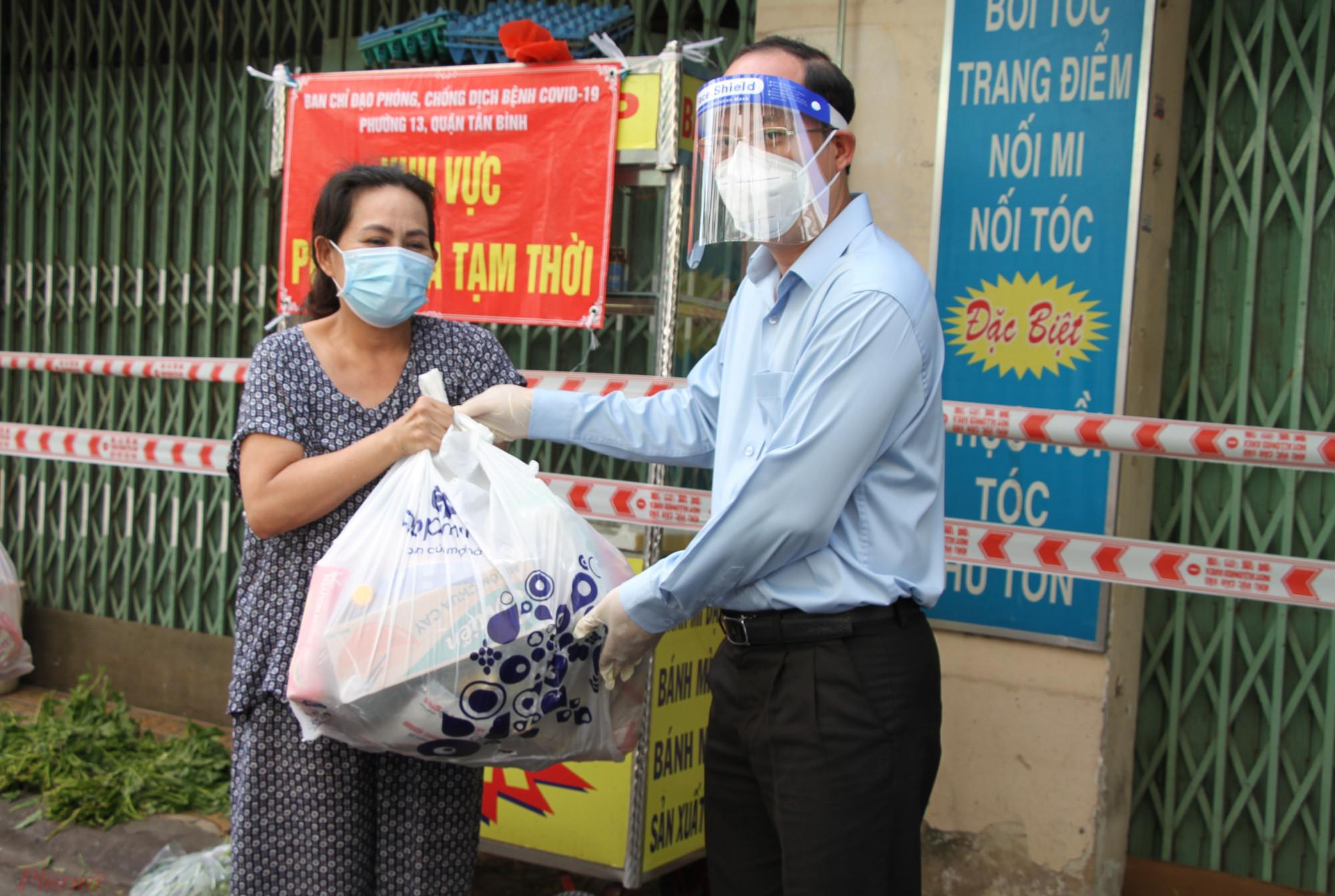 Phó bí thư Thành ủy TPHCM Nguyễn Hồ Hải trao quà động viên lực lượng trực chốt, và người dân có hoàn cảnh khó khăn bên trong khu phong tỏa hẻm 56, đường Văn Chung, phường 13, quận Tân Bình