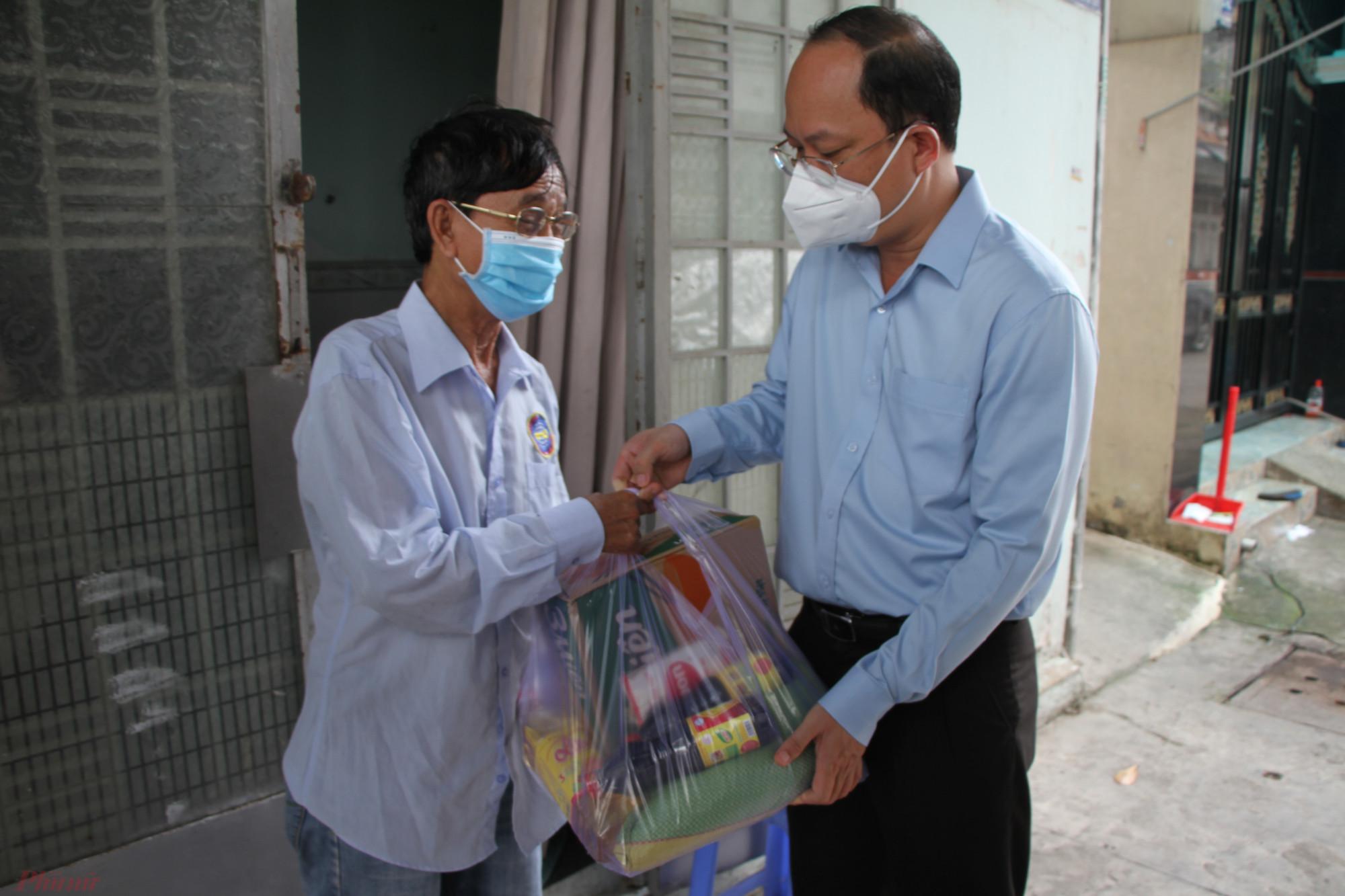 Phó bí thư Thành ủy TPHCM Nguyễn Hồ Hải , trao quà cho một lao động ở trọ gặp khó khăn  tại KP1, phường 15