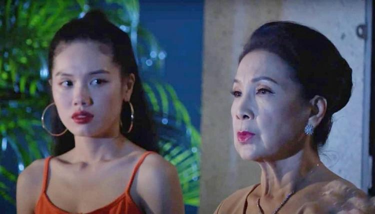 Trâm Anh (trái) trong phim Công chúa nhỏ của nội