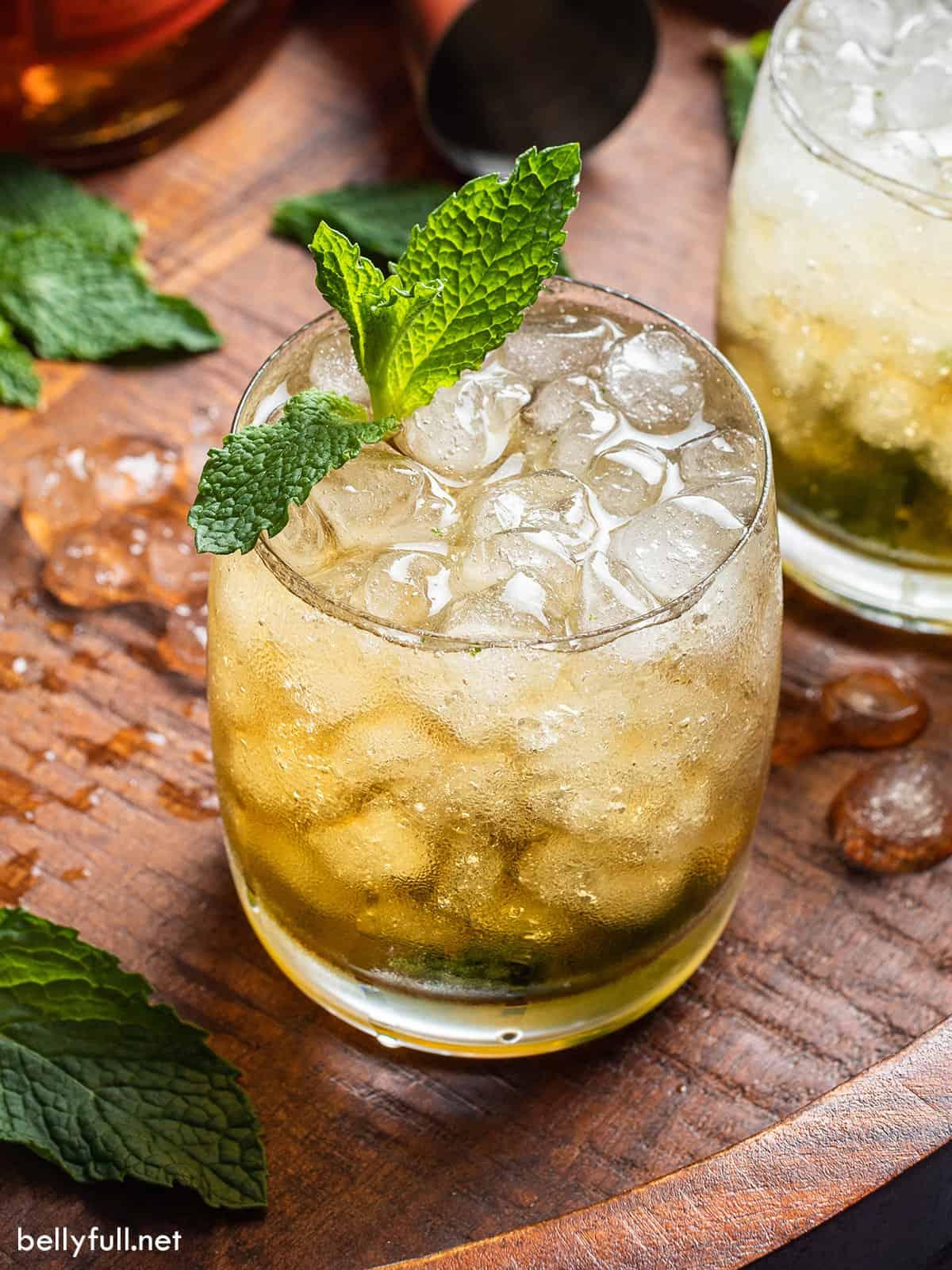 Thành phần 65ml rượu bourbon 10 lá bạc hà 12,5ml xi-rô đường 2: 1 (xem mẹo, bên dưới) đá , khối và nghiền Đối với trang trí một nhánh bạc hà lớn và một cái ống hút Phương pháp BƯỚC 1 Lắc rượu bourbon, lá bạc hà và xi-rô đường với đá rồi cho vào ly bóng tròn hoặc hộp thiếc nhỏ chứa đầy đá bào. Dùng thìa cán dài khuấy nhẹ và rắc thêm đá bào lên trên. Trang trí và phục vụ.
