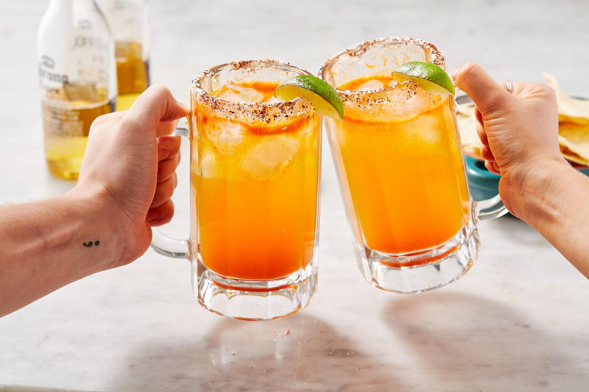 Thành phần 4 muỗng canh muối biển nước ép của 6 quả chanh Lager Mexico (chúng tôi đã sử dụng Corona) Sốt Tabasco hoặc sốt Worcestershire, để phục vụ (tùy chọn) Phương pháp BƯỚC 1 Đổ 4 muỗng canh muối biển lên đĩa. Nhúng 4 ly dài vào nước cốt của 6 quả chanh, sau đó vào muối, như vậy bạn sẽ được viền một ít muối quanh miệng ly. Cho một ít đá vào mỗi ly, sau đó chia nước cốt chanh giữa các ly và đổ thêm rượu bia lên trên. Kết thúc với một chút sốt Tabasco hoặc Worcestershire nếu bạn thích.