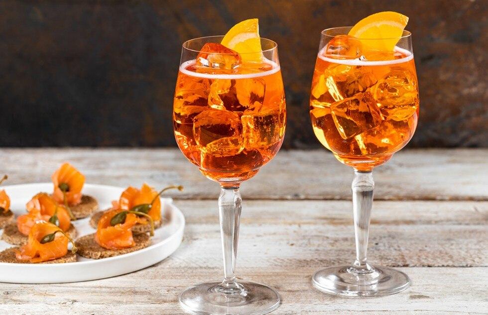 Nước đá 100ml Aperol 150ml Prosco soda, để nạp tiền Phương pháp BƯỚC 1 Cho một vài viên đá vào 2 cốc và thêm vào mỗi cốc 50 ml Aperol. Chia rượu vang giữa các ly và sau đó đổ thêm soda, nếu bạn thích.