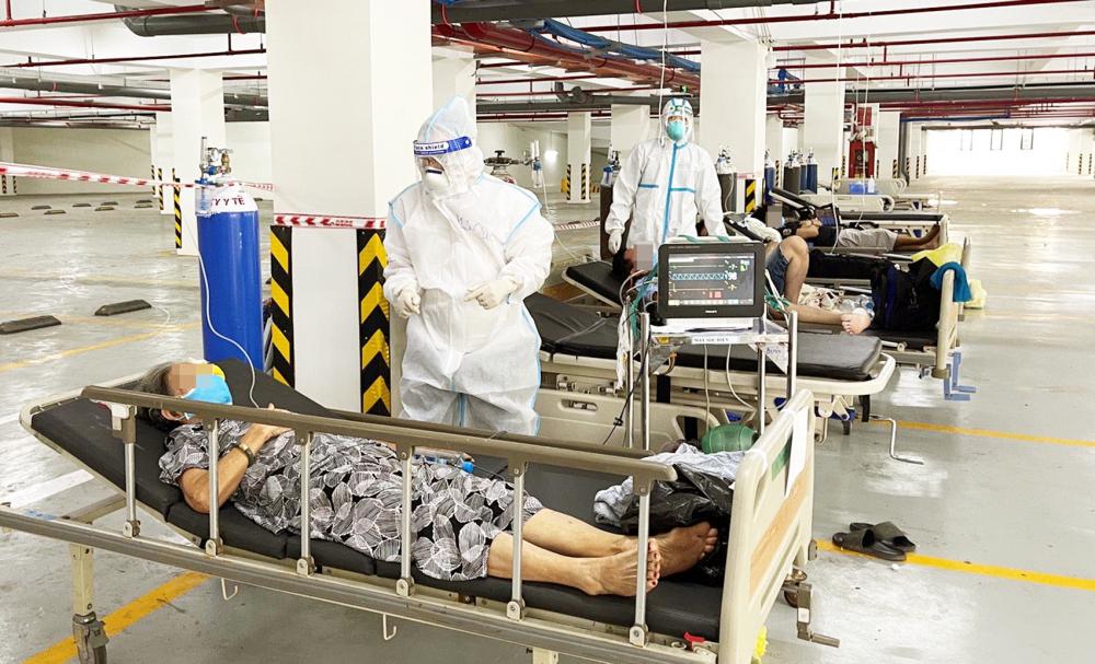 Các nhân viên y tế đang chăm sóc bệnh nhân COVID-19 tại Bệnh viện Dã chiến số 8