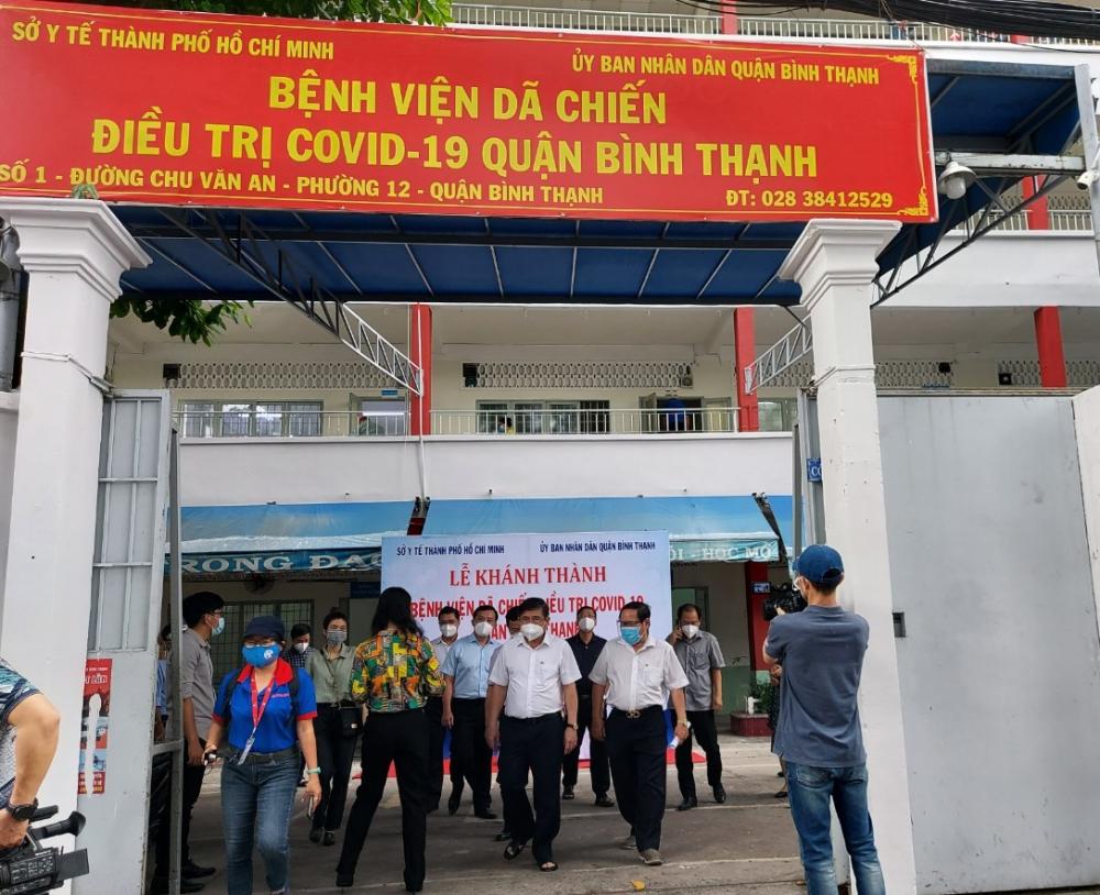 Chủ tịch UBND TPHCM Nguyễn Thành Phong đến thăm Bệnh viện dã chiến điều trị COVID-19 quận Bình Thạnh đang ở công đoạn chuẩn bị cuối để đi vào hoạt động.