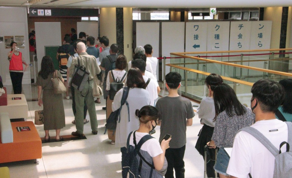 Công dân Nhật xếp hàng tiêm vắc xin tại một địa điểm tiêm chủng được thiết lập ở sân bay Narita gần Tokyo ngày 1/8 - Ảnh: Kyodo