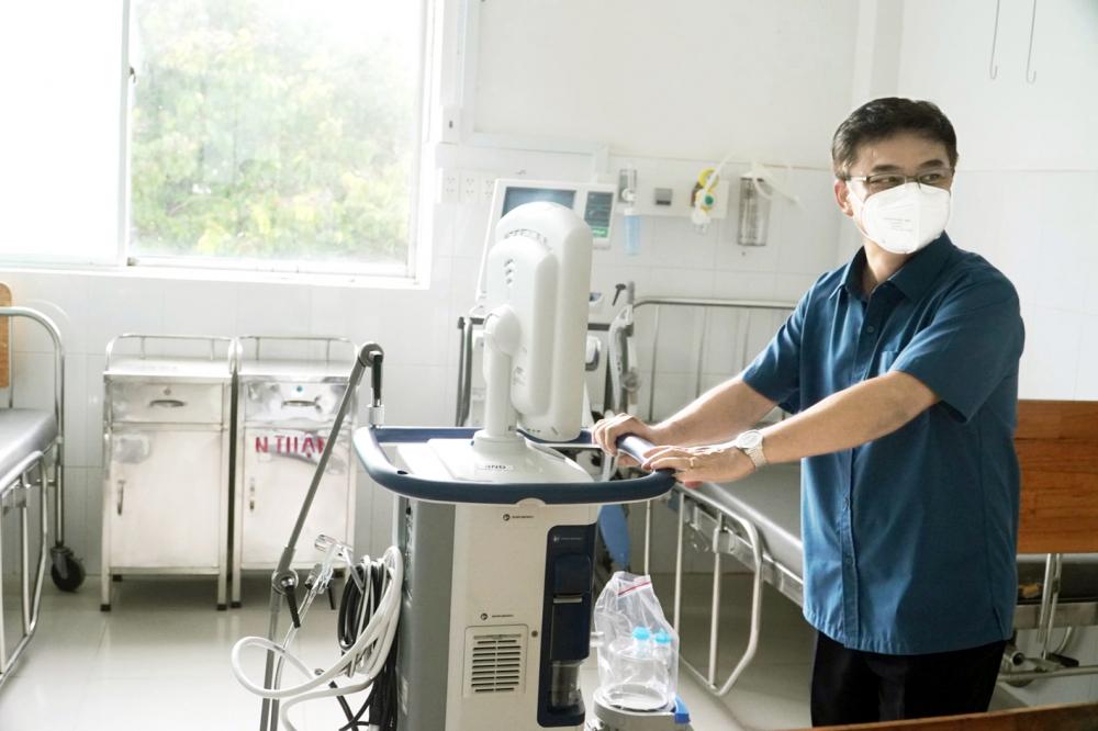 Tiến sĩ - bác sĩ Lê Quốc Hùng - Trưởng khoa Bệnh nhiệt đới, Bệnh viện Chợ Rẫy - chuẩn bị mở rộng khu điều trị cho  bệnh nhân COVID-19 - ảnh: Bệnh viện Chợ Rẫy