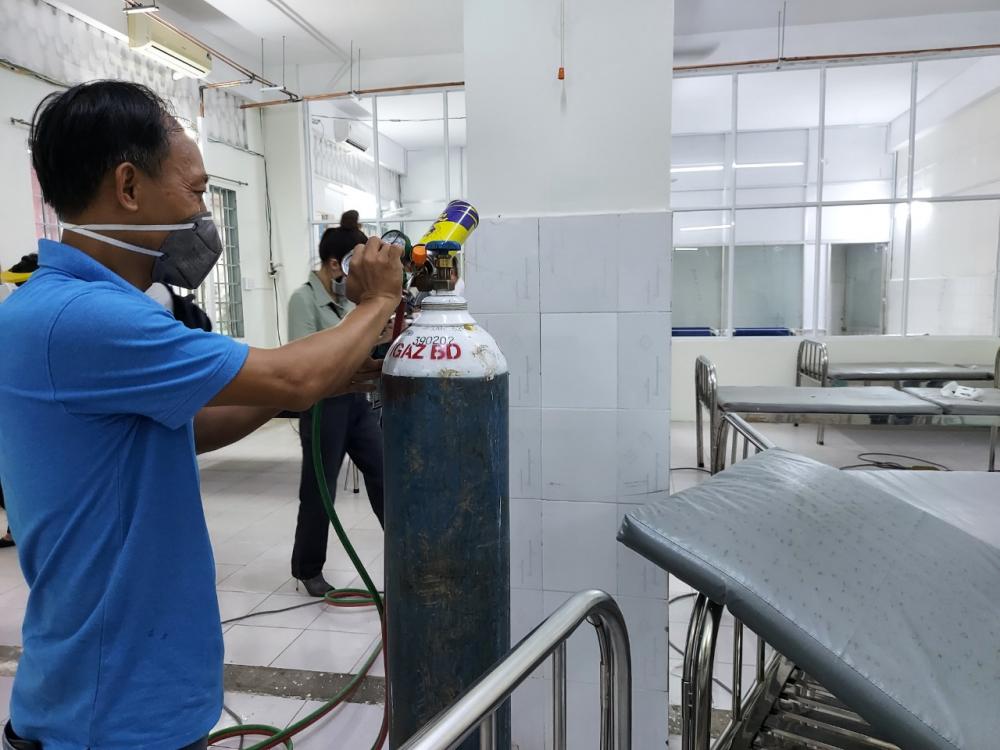 Công tác chuẩn bị bên trong Bệnh viện dã chiến điều trị COVID-19 của quận Bình Thạnh diễn ra ráo riết 4 ngày qua.