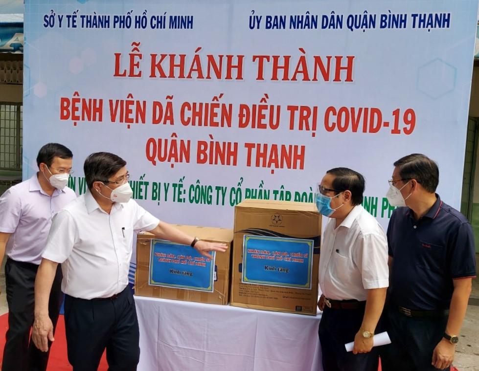 UBND TPHCM tặng đồ bảo hộ và khẩu trang y tế cho Bệnh viện dã chiến điều trị COVID-19 quận Bình Thạnh.