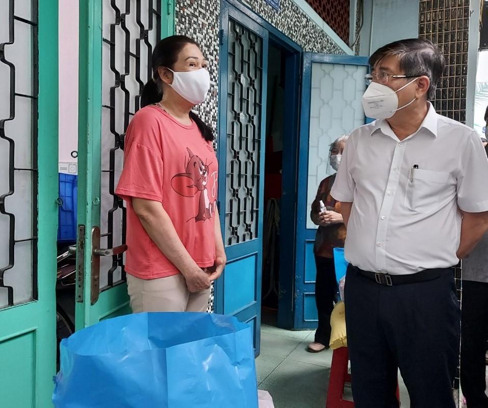Chủ tịch UBND TPHCM Nguyễn Thành Phong thăm hỏi và tặng quà người dân bị ảnh hưởng bởi dịch COVID-19 trong tại khu phố 2, phường 3, quận 5 (đa phần là các hộ buôn bán nhỏ)