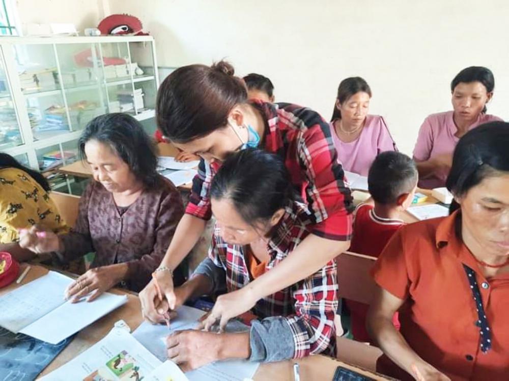 Cô giáo Hồ Thị Đình hướng dẫn học viên viết chữ