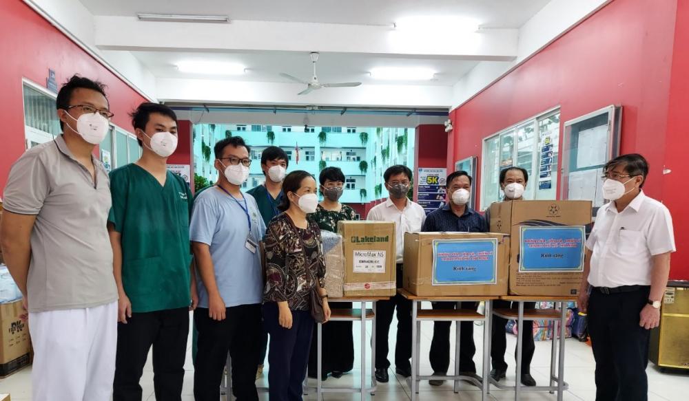 Chủ tịch UBND TPHCM Nguyễn Thành Phong và lãnh đạo quận 5 đã đến thăm và động viên đội ngũ y bác sĩ tại khu cách ly tập trung của quận