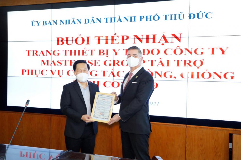 Đại diện Masterise Group tiếp nhận thư cảm ơn từ UBND TP.Thủ Đức