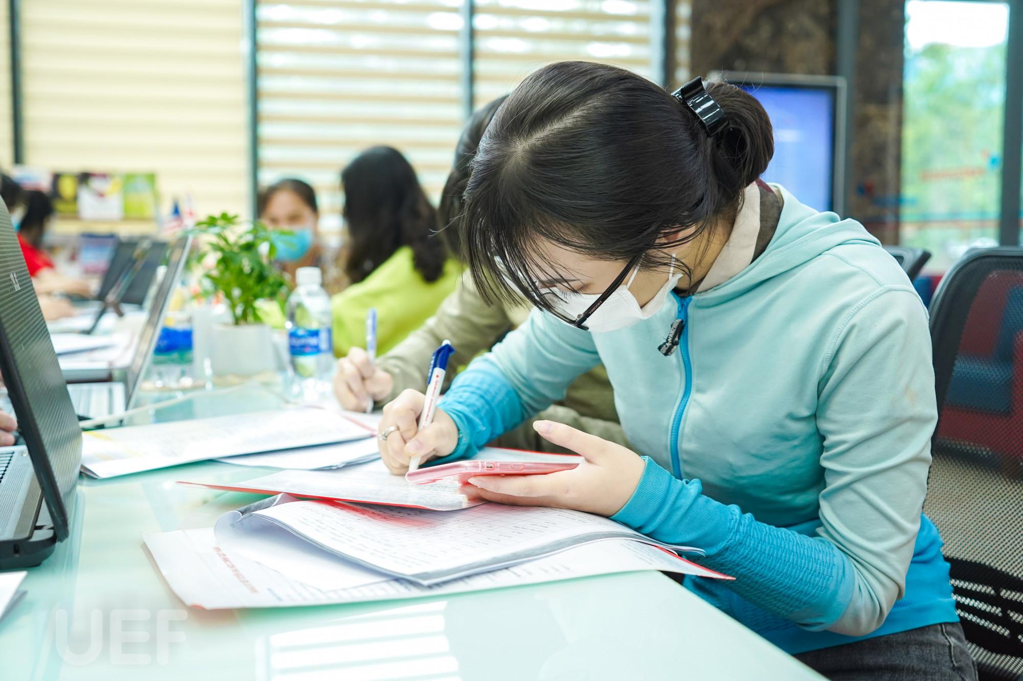 Thí sinh đăng ký xét tuyển bằng học bạ tại Trường ĐH Kinh tế Tài chính TPHCM