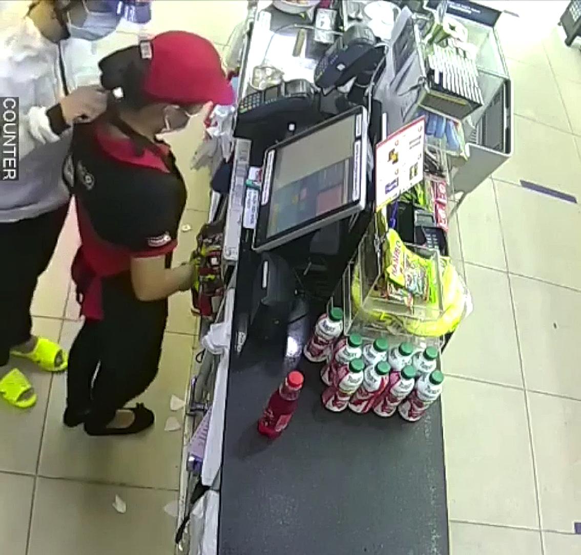 Tên trộm kề dao vào cổ nhân viên cửa hàng tiện lợi ở Q.8 để cướp tiền (ảnh từ camera cửa hàng)