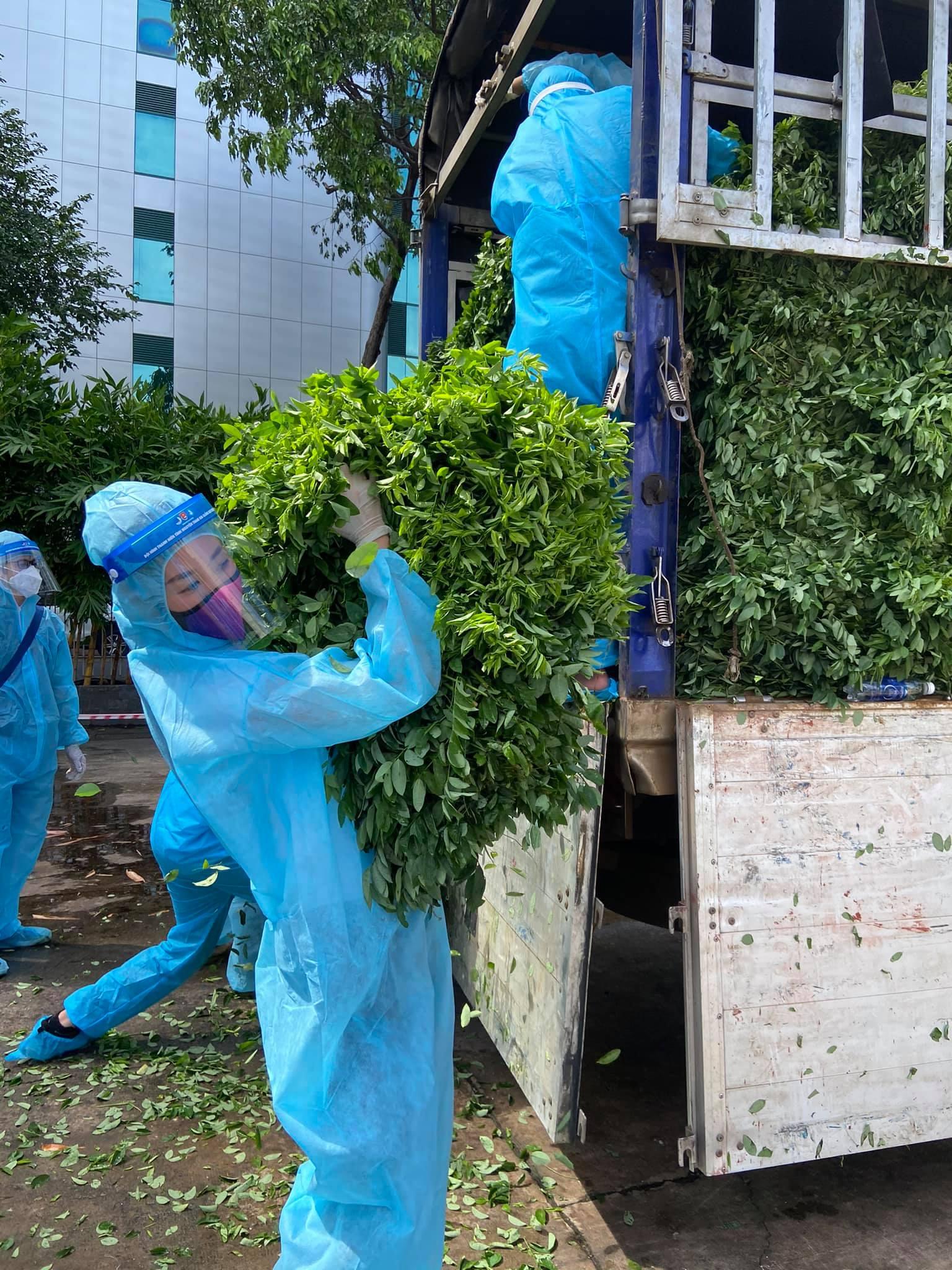 Trong ngày, Khánh Vân và các người đẹp đã vận chuyển được 1,5 tấn rau củ. Đây là khoảng thời gian khó khăn của tất cả chúng ta, Cả nhà cùng nhau cố gắng và giữ gìn sức khỏe nhé, người đẹp 26 tuổi chia sẻ.