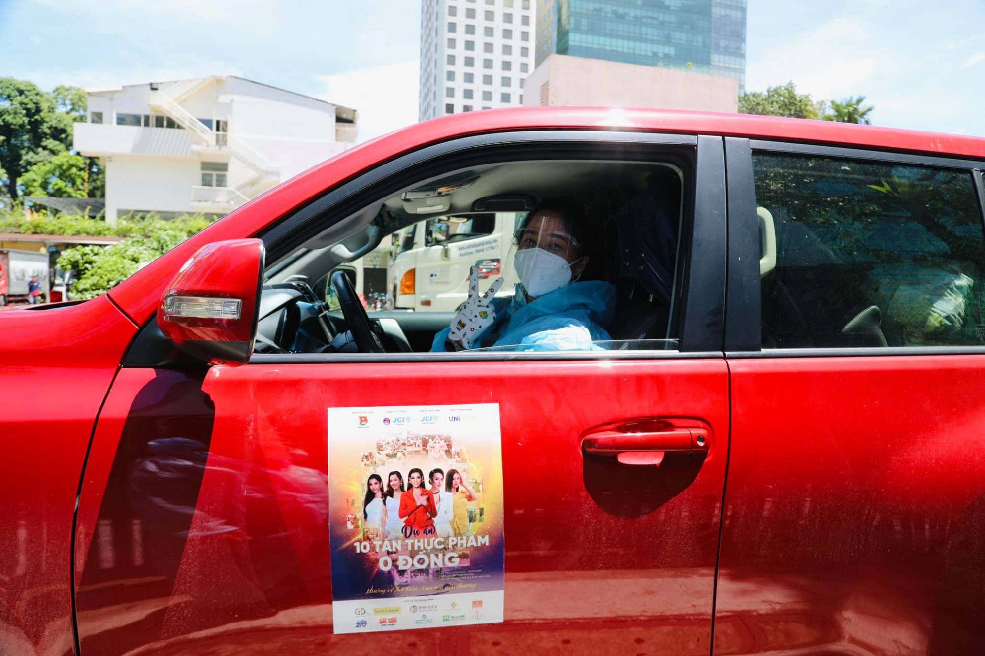 Hoa hậu Ngọc Diễm dùng ô tô cá nhân để vận chuyển rau củ cho người dân.