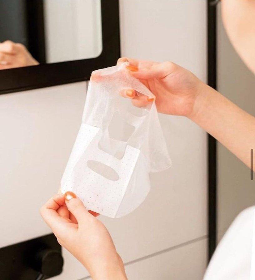Đắp mặt nạ hàng ngày: Các bác sĩ cho rằng ngay cả một loại mặt nạ dưỡng ẩm thông thường cũng không phù hợp để sử dụng hàng ngày. Nguyên nhân là do lớp sừng bị ngấm nước thường xuyên do đắp mặt nạ hàng ngày, dù da mặt có mềm và bóng hơn sau mỗi lần đắp nhưng thực tế có khả năng làm hỏng chức năng bình thường của da, thay vào đó khiến da trở nên bóng dầu khỏe mạnh ban đầu. trạng thái nước mất cân bằng. Theo loại da, chúng ta có thể sử dụng mặt nạ 2-3 lần một tuần cho da dầu / da hỗn hợp / da khô, và một lần một tuần cho da nhạy cảm / da hóa lỏng, thậm chí không nên sử dụng mặt nạ.