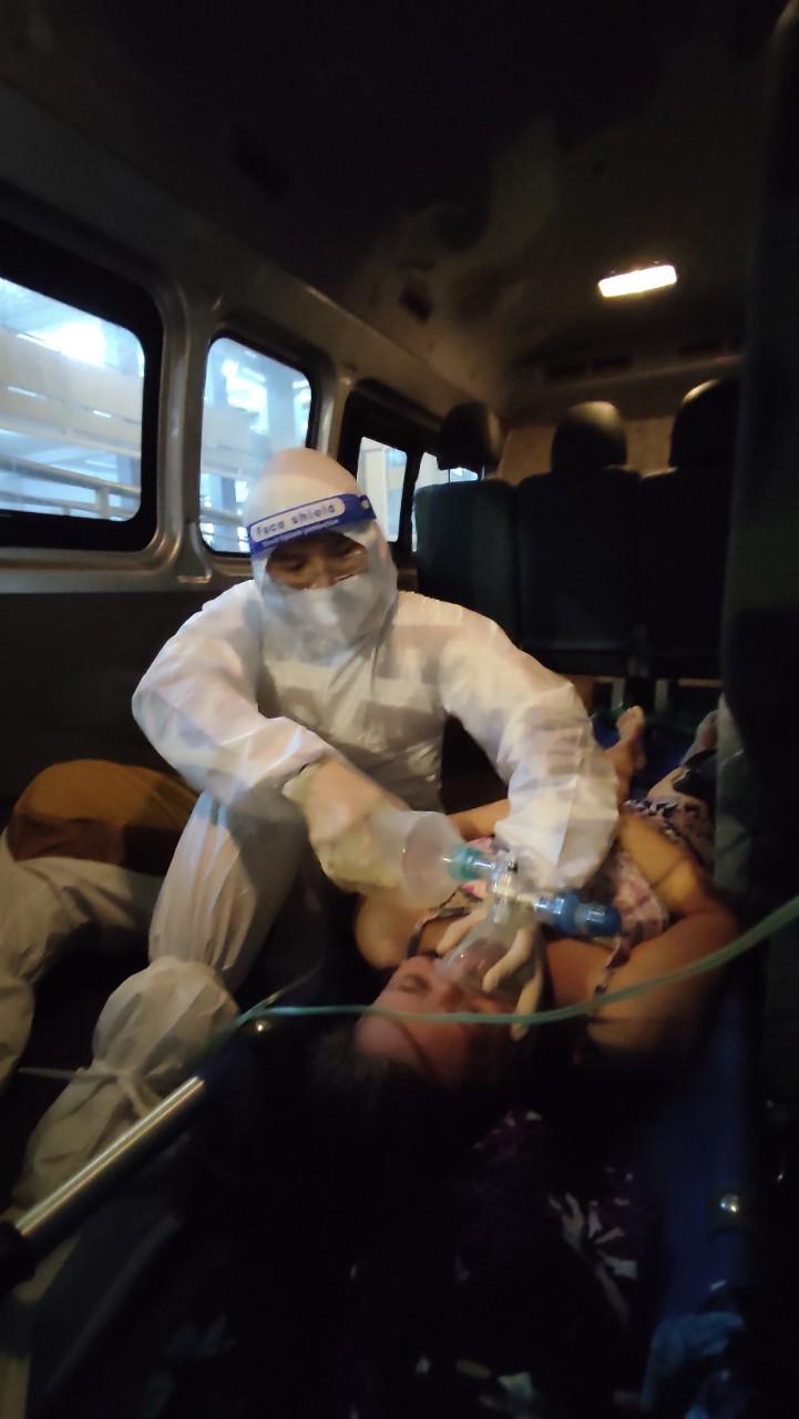 Chuyển viện cho người mắc COVID-19 bị suy hô hấp ở quận 7, TPHCM. Ảnh: HCDC