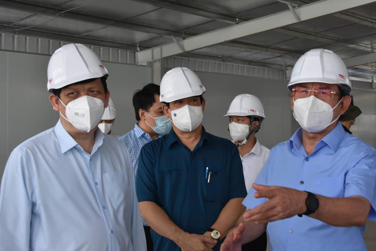 Bí thư Nguyễn Văn Nên và Bộ trưởng Y tế Nguyễn Thanh Long kiểm tra tiến độ hình thành các trung tâm hồi sức COVID-19 tại TPHCM. Ảnh: Hà Văn Đạo.