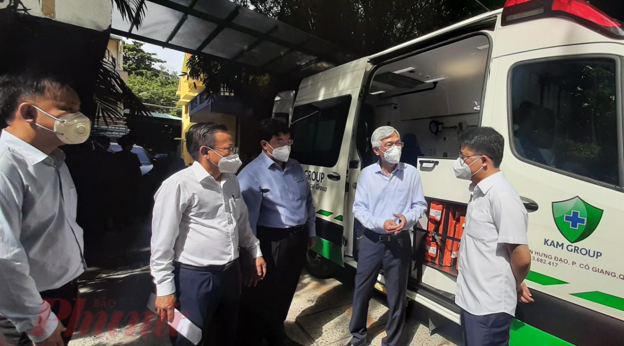 Lãnh đạo TP thăm quan xe hỗ trợ bệnh nhân COVID lưu động của Viện Y học Dân Tộc TPHCM mới được doanh nghiệp hỗ trợ. Do xe mới, chưa được cấp biển số, nên để kịp thời hỗ trợ công tác vận chuyển cấp cứu bệnh nhân,