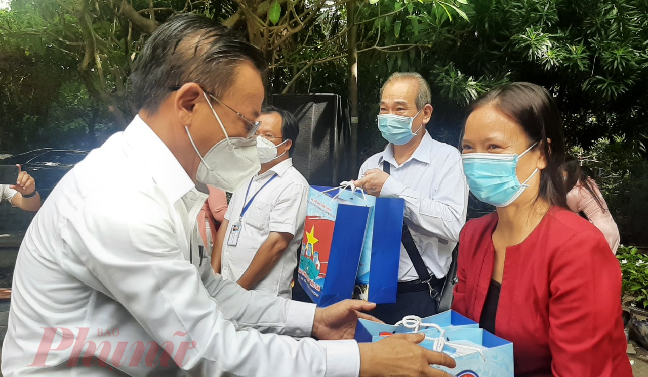 Ông Nguyễn Hữu Hiệp - Trưởng Ban Dân vận Thành ủy TPHCM tặng các phần quà là dược liệu y học cổ truyền dành