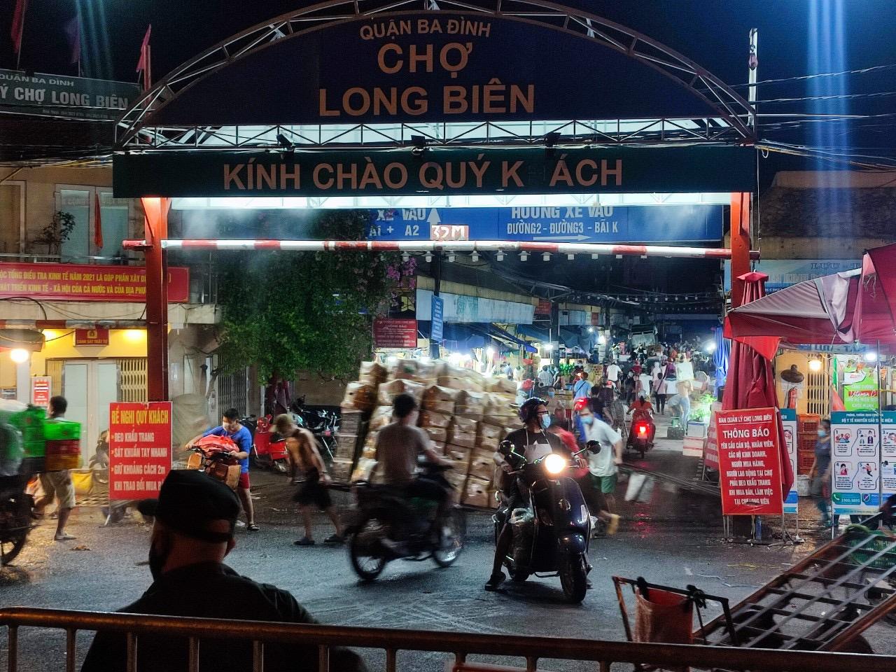 Chợ Long Biên vẫn hoạt động bình thường vào đêm 1/8.