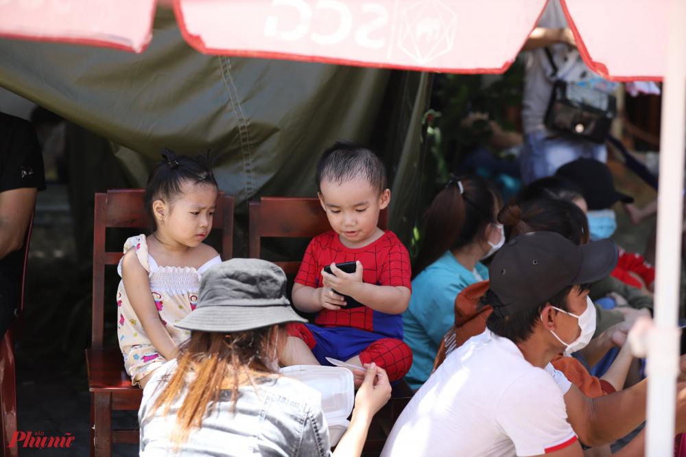 Tình trạng này cũng giống như những ngày trước đó đã diễn ra. tại chốt số 4 ở Thị trấn Lăng Cô huyện Phú Lộc lúc nào cũng đông kín người chờ xét duyệt Y tế để tiếp tục hành trình